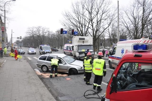 W ubiegły czwartek doszło tu do jednego z najpoważniejszych wypadków od lat.Kierowca ciężarówki przejechał skrzyżowanie na pomarańczowym świetle i staranował osobową skodę.