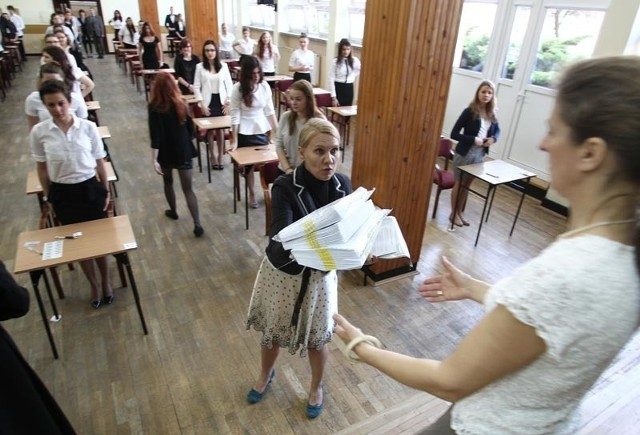 Tuż przed rozpoczęciem pisemnej matury z polskiego w II LO w Rzeszowie