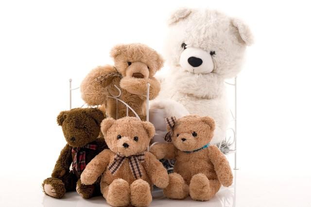Zabawki pluszoweMaskotki i pluszaki naszego dziecka muszą być czyste. Inaczej staną się skupiskiem bakterii i zarazków, a wtedy o alergię nietrudno.