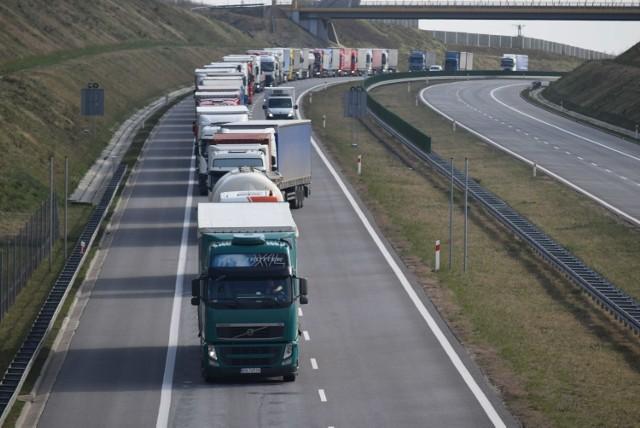 Długi korek do granicy z Czechami. Czesi rejestrują każdą osobę wjeżdżającą do kraju