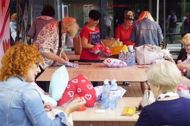 """Szycie poduszek w kształcie serca dla kobiet chorych na raka piersi odbyło się w czwartek w Centrum Kultury i Rekreacji Akwen w Koziegłowach. To druga edycja akcji """"Serce od serca"""". W ubiegłym roku wolontariuszki z powiatu poznańskiego uszyły około 2 tys. poduszek, a w całej Polsce powstało ich ponad 11 tys."""