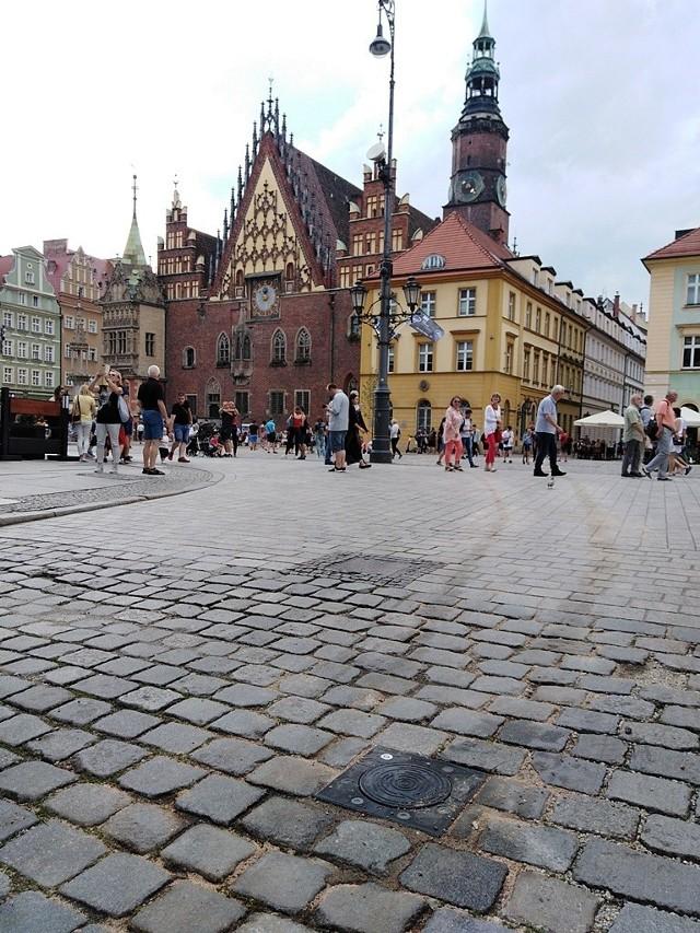 Kilkaset metrów długości mierzy struga śmierdzacej substancji, która wyciekła z auta krążącego po rynku i okolicznych ulicach