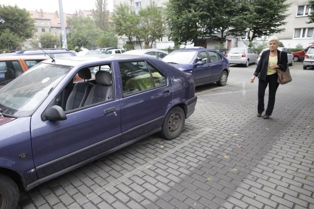 - Jak to samochód został zezłomowany? To nam się tylko wydaje, że on stoi pod blokiem? - zachodzi w głowę Dorota Hnitecka.