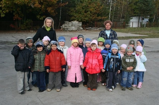 Gdy dopisuje pogoda, przedszkolaki idą na spacer. To zdjęcie zrobiliśmy w Bogutach – Piankach, dziećmi opiekuje się wychowawczyni Agnieszka Habowska, która ma do pomocy Halinę Tymińską.