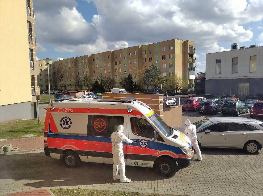 Karetka zabrała nowosolanina z domu. Pracownicy ambulansu mieli na sobie białe kombinezony