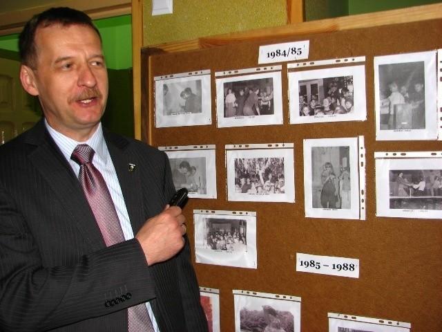 - Pani Krysiu, pani Krysiu, na tym zdjęciu to ja - mówił do jednej z nauczycielek Waldemar Brzostek, wójt gminy Ostrów Mazowiecka, pokazując na chłopca w harcerskim mundurze kroczącego raźnie przez las.