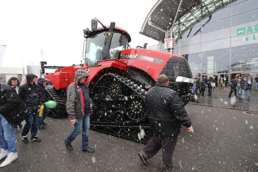 Najprawdopodobniej najdroższy ciągnik Agrotechu -  Case IH Quadtrac 620 na gąsienicach. Jest imponujący. ZOBACZ: Agrotech 2018. Kosmiczna technologia w traktorach - zobacz reportaż  Agrotech 2018. Targi rolnicze oficjalnie otwarte! Ważne słowa