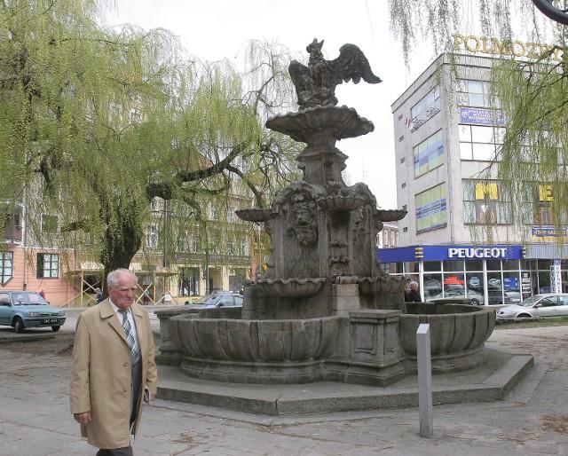Barokowa fontanna przy pl. Orła Białego została uruchomiona 15 sierpnia 1732 r. Zaprojektował ją berliński architekt Johann Fredrick Grael, a wykonał Johann Conrad Koch. Pierwotnie stała przy kamieniczkach stojących w w miejscu obecnego salonu samochodowego. Stanowiła zakończenie wodociągu prowadzącego ze Wzgórz Warszewskich. W XIX w popadła w ruinę i cudem udało się ją uchronić przed rozbiórką. Wtedy także przeniesiono ją i odremontowano. Po drugiej wojnie światowej stała się źródłem polskiej nazwy placu.