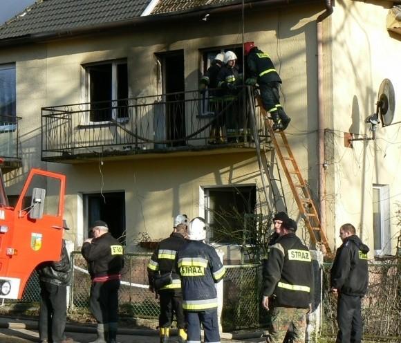 W ogniu doszczętnie spłonęło mieszkanie w budynku dwurodzinnym. Strażacy uratowali sąsiednie lokale. Niestety, nie zdążyli uratować właścicielki feralnego mieszkania.