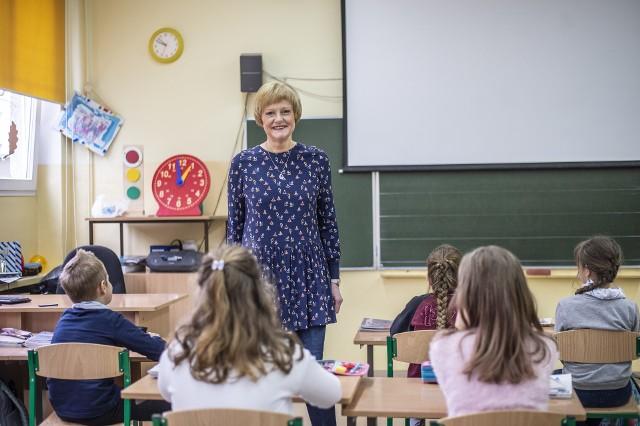 Barbara Plucińska jest dyplomowanym nauczycielem edukacji wczesnoszkolnej, który już od 40 lat uczy w zawodzie, a od 39 lat w Szkole Podstawowej nr 65 (Zespół Szkolno-Przedszkolny nr 5) przy os. Kosmonautów w Poznaniu. W obecnej klasie, której jest wychowawczynią, ma dwoje dzieci, których rodziców uczyła przed kilkudziesięcioma laty.