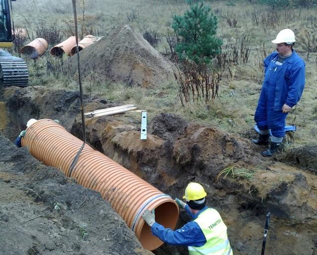 Wykopy pod kanalizację deszczową wzdłuż ulicy Słupskiej, teren jest tu bardzo podmokły i trudny dla prac ziemnych.