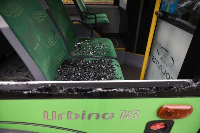 Zbita szyba w autobusie linii nr 95