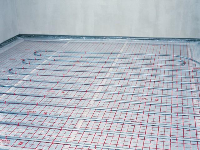 Elektryczne ogrzewanie podłogowe ułożone w łazienceCzas nagrzewania pomieszczenia przy ogrzewaniu podłogowym elektrycznym jest dłuższy niż w tradycyjnym grzejnikowym, ale krótszy niż dla ogrzewania podłogowego wodnego.