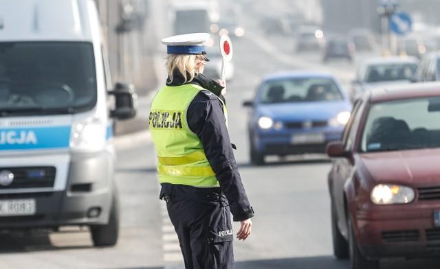 Na Słowacji pieszy ma bezwzględnie prawo pierwszeństwa na przejściu dla pieszych. Obowiązuje jazda z zapiętymi pasami bezpieczeństwa (także na tylnych siedzeniach). Za przekroczenie dozwolonych prędkości grożą mandaty od 20 EUR (przy przekroczeniu o 6 km) do 650 EUR (przekroczenie o 20 i więcej km). Kierujący, który odmówi poddania się badaniu na zawartość alkoholu we krwi, traktowany jest jako osoba będąca pod wpływem alkoholu. Przez cały rok obowiązuje jazda z włączonymi światłami mijania. Obowiązkowe jest przewożenie dzieci o wzroście do 150 cm w fotelikach samochodowych. Opony zimowe są wymagane, jeżeli na jezdni znajduje się zwarta warstwa śniegu, lód lub gołoledź. Pojazd powinien być wyposażony w apteczkę o zawartości zgodnej z wymogami kraju, w którym auto jest zarejestrowane, a także w: trójkąt ostrzegawczy, gaśnicę, kamizelkę odblaskową, linkę holowniczą, koło zapasowe, podnośnik, zapasowe żarówki i bezpieczniki elektryczne. Jeżeli kierowcy nie zapłacą na miejscu w gotówce nałożonego mandatu, zostaje zatrzymane im prawo jazdy na okres do 15 dni, w ciągu których muszą mandat uiścić. Zatrzymane prawo jazdy można odebrać wyłącznie osobiście w urzędzie policji, którego funkcjonariusze zatrzymali dokument, pod warunkiem okazania oryginału dowodu wpłaty.