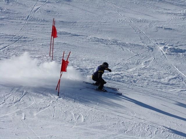 Chełmnianie chętnie uprawiają sporty zimowe. Na zdjęciu: Mateusz Zieliński  w slalomie - gigancie