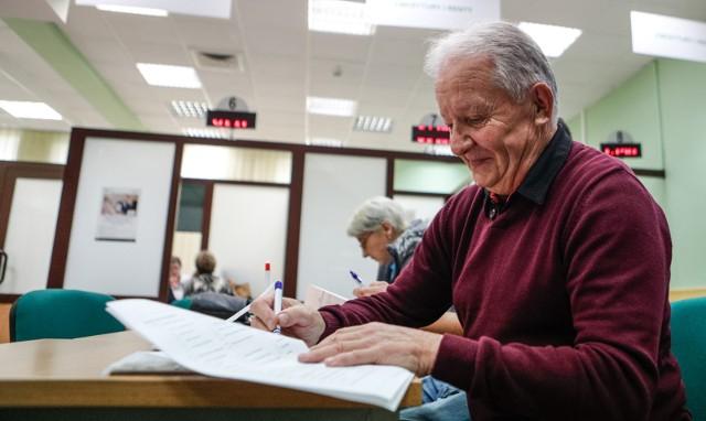 W ramach swojej najnowszej propozycji, rząd premiera Mateusza Morawieckiego zakłada, że emerytury w Polsce powinny być wypłacane bez podatku. W Nowym Ładzie przyjęto także propozycję wzrostu kwoty wolnej od podatku. Cały czas trwa gorąca dyskusja nad tym projektem, a my tymczasem przedstawiamy, ile mogłoby wynosić emerytury bez podatku.WIĘCEJ NA KOLEJNYCH STRONACH>>>