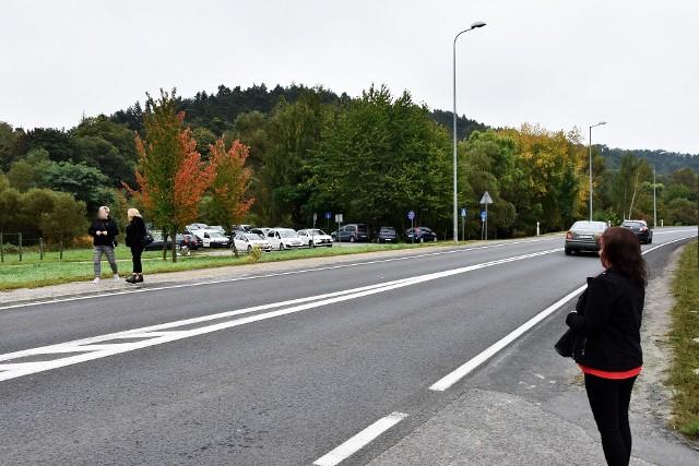 Jeśli zachowamy ostrożność to za przejście przez ulice parkowa w stronę Jarmarku Pogórzańskiego nie grozi nam mandat