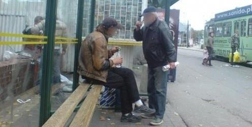 Niestety takie obrazki jesteśmy często zmuszeni oglądać w centrum miasta. Nie bójmu się interweniować i powiadamiać o nich odpowiednich służb.