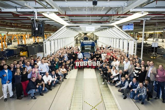Samochód numer 200 000 to niebieski Volkswagen Crafter. Pojazd zostanie w Polsce. Zakupiła go firma z Zielonej Góry