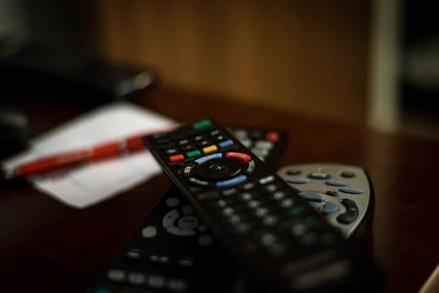 Duże zmiany w telewizji naziemnej w Polsce. Wchodzi DVB-T2, czyli nowy standard telewizji w Polsce. Nawet kilkuletnie telewizory mogą nie działać! Co to oznacza dla widzów? Kiedy wejdzie w życie? UOKiK podpowiada, jak przygotować się na nową jakość telewizji. Sprawdź koniecznie!Niebawem w całej Polsce, także w Kujawsko-Pomorskiem, wchodzi DVB-T2, czyli nowy standard telewizji. Oglądanie bezpłatnych programów nie będzie możliwe na niektórych odbiornikach telewizyjnych.Jak sprawdzić, czy telewizor będzie odbierać sygnał? Jaki telewizor wybrać, by po zmianach móc odbierać sygnał? I co mogą zrobić posiadacze telewizorów starszego typu, jeśli nie chcą kupować nowych odbiorników? Szczegóły znajdziesz w naszej galerii >>>>>