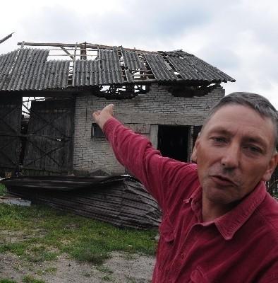 - Z okna obserwowaliśmy z rodziną szał żywiołu - mówi Janusz Koliński ze wsi Tybory Wólka. - Zerwana z dachu sąsiada blacha leciała przez 300 metrów!  Zniszczyła po drodze traktor.