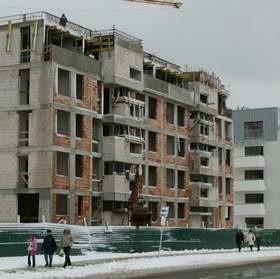 Mimo zastoju na osiedlu Platan powstają kolejne budynki.