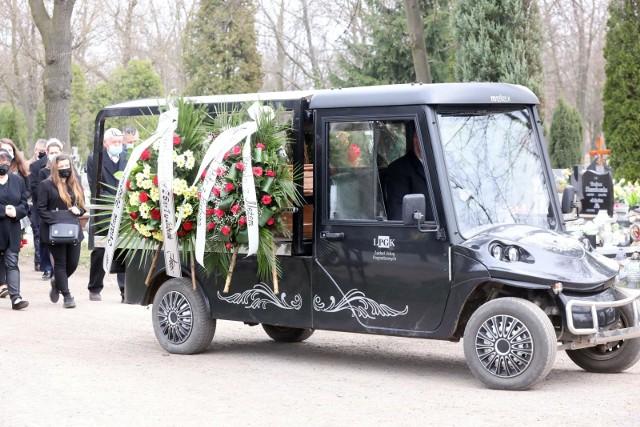 Co roku odbywa się w Polsce nawet do 25 tysięcy świeckich pogrzebów i tendencja ta wzrasta. Tymczasem nie zostały one wyłączone z obowiązującego obecnie zakazu zgromadzeń. I z tego powodu, zmarłego, który chciał być pochowany bez księdza, może pożegnać w domu pogrzebowym najwyżej 5 osób. Czytaj dalej. Przesuwaj zdjęcia w prawo - naciśnij strzałkę lub przycisk NASTĘPNE