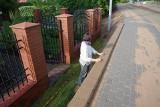 Absurd jak z Alternatywy 4 w Szubinie. Przed wejściem na teren posesji robotnicy postawili mur
