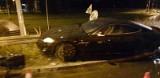 Toruń. Kierowca wpadł w poślizg, uderzył w barierkę i znak drogowy. Mamy zdjęcia
