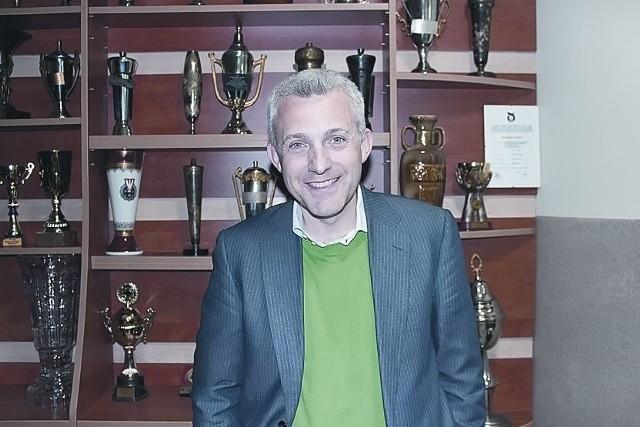 """Hubert Urbański ma 44 lata. Żonaty, trzy córki. Aktor, dziennikarz. Największą popularność przyniosła mu rola prezentera w popularnych teleturniejach i programach rozrywkowych w tym m.in. """"Milionerach"""" i """"Tańcu z gwiazdami""""."""