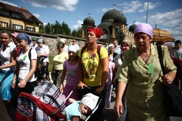 Pielgrzymi idą do Monasteru Zwiastowania w Supraślu