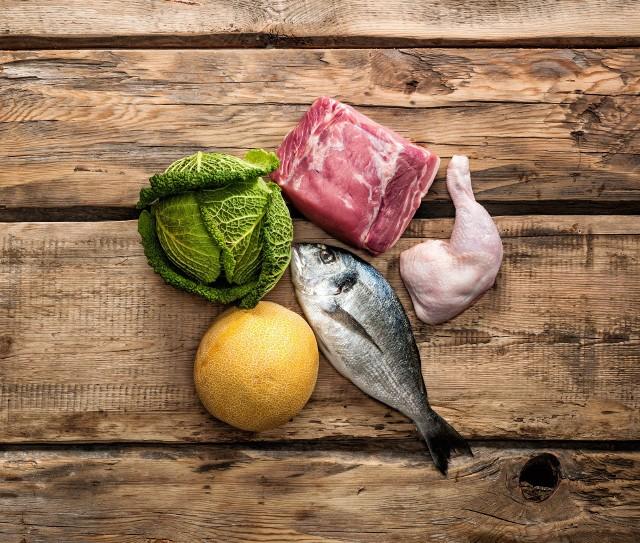 Dieta paleo polega na spożywaniu mięsa, ryb, jaj oraz wybranych produktów roślinnych. Wyklucza zboża, mleko, większość owoców i wiele warzyw, czym budzi zastrzeżenia dietetyków.