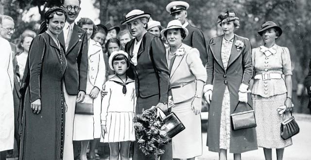 Gdyńska tzw. Rodzina Wojskowa - należące do niej kobiety zajmowały się m.in. dożywianiem kilkuset gdyńskich dzieci. Stowarzyszenie pań założyła jedyna przedwojenna gdyńska radna - Maria Róża Frankowska