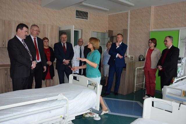 O tym jak działają nowoczesne łóżka z przechyłami opowiedziała - i pokazała - Wiesława Konieczna, pielęgniarka oddziałowa anestezjologii i intensywnej terapii szpitala w Żninie