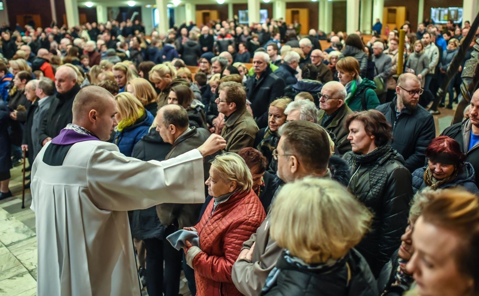 Środa Popielcowa rozpoczyna Wielki Post. Czy w Popielec trzeba iść do kościoła? | Gazeta Pomorska