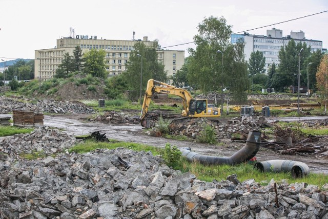 Takie widoki oglądają mieszkańcy Łagiewnik od kilku tygodni. Buldożery i koparki wyburzają hale, magazyny i inne obiekty