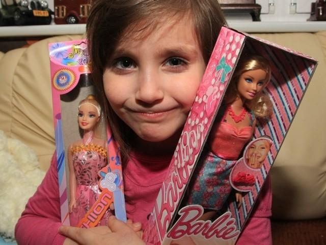 """Pięcioletnią Wiktorię ucieszyły lalki, które dostała w ramach """"Świątecznego Pogotowia""""."""
