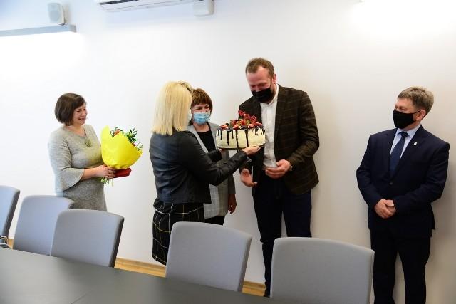 """Z lewej była dyrektor """"Sokoła"""" Alicja Sochacka, dyrektor Radosław Maziarz przyjmuje tort, z prawej burmistrz Niska"""