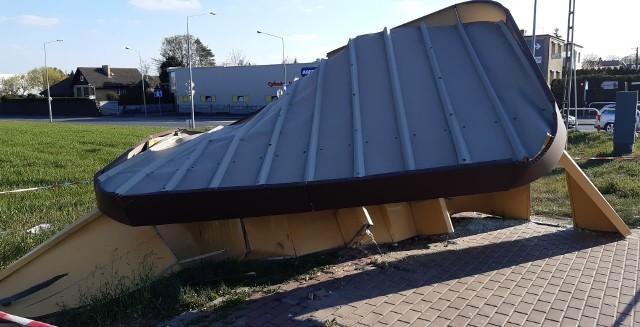 W środę po południu w Komornikach ciężarówka wjechała w przystanek autobusowy.Przejdź do kolejnego zdjęcia --->