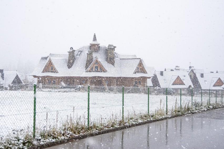 Zakopane zabieliło się. W nocy spadł śnieg. W Tatrach ma sypnąć do 20 cm białego puchu