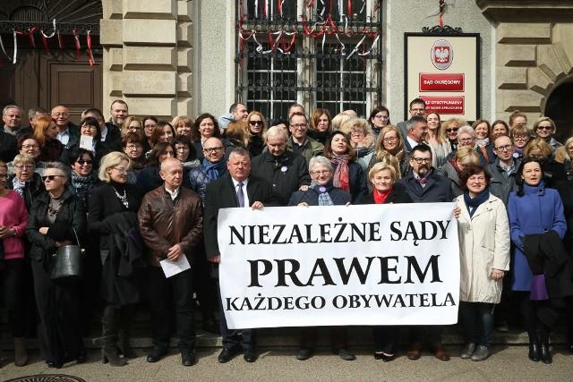 Sędziowie z Gdańska wyszli przed sąd