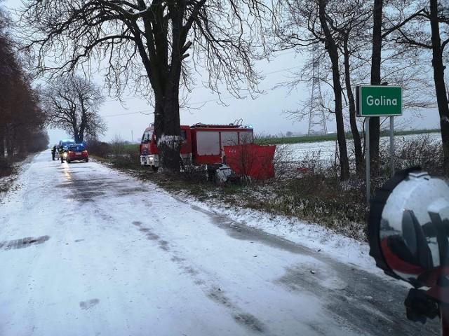 W wypadku koło Golina zginęła kobieta, która wjechała samochodem w drzewo.