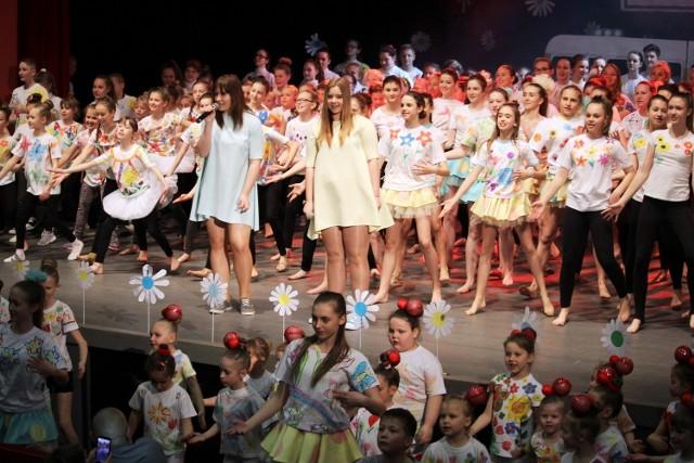 """Transowa """"rodzina"""" liczy aż 450 utalentowanych tancerzy."""