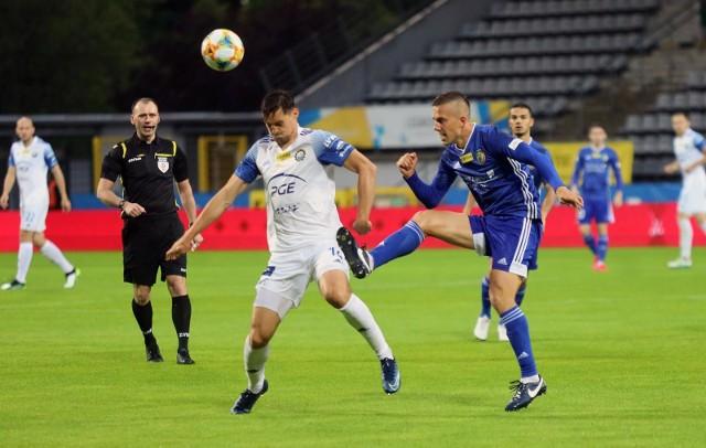 Mielczanie (białe stroje) po zwycięstwie w Legnicy przynajmniej do środy będa zajmować fotel lidera Fortuna 1 Ligi.