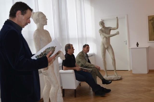 Uczestnicy wystawy  oglądali katalog.