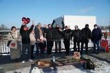 Walentynkowe serduszka dla dzieci alienowanych już wiszą na moście Jordana w Poznaniu