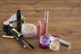 Jak naprawić złamaną szminkę, pokruszony puder czy zaschnięty tusz do rzęs? Domowe sposoby!