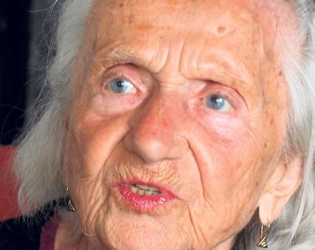 Janina Hofman urodziła się w 1922 roku w woj. nowogródzkim. W 2011 roku została awansowana na stopień  kapitana