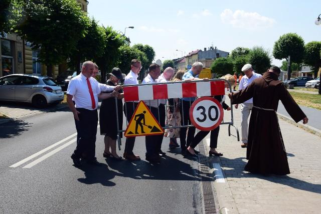 7 lipca 2021 roku w samo południe nastąpiło wreszcie długo oczekiwane przez mieszkańców otwarcie drogi wojewódzkiej nr 255 w Pakości. Zaproszeni goście w sposób symboliczny znieśli barierkę z drogi na chodnik.
