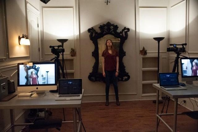 Główna bohaterka filmu (w tej roli Karen Gillian) uważa, że w jej lustrze mieszkają istoty nadprzyrodzone.